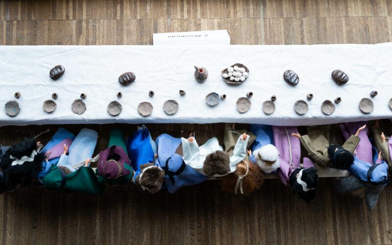 Die Abendmahlsszene - von oben fotografiert, gestellt mit Barbiepuppen als Teil der Osterkrippe